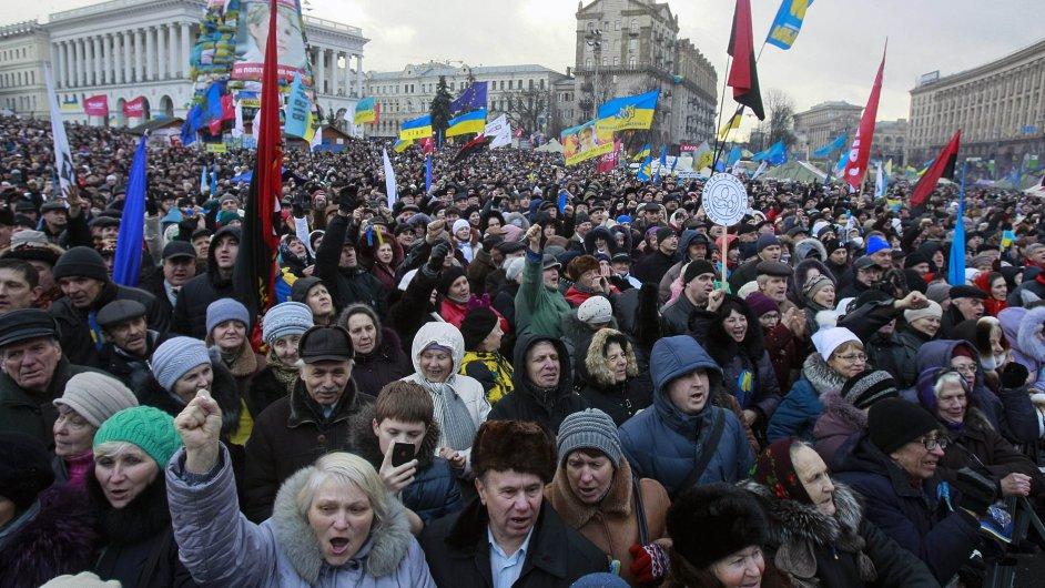 Demonstranti protestují v centru Kyjeva proti rozhodnutí zastavit sbližování s Evropou.