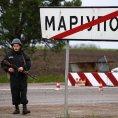 Ukrajinsk� voj�k hl�d� kontroln� stanovi�t� u m�sta Mariupol