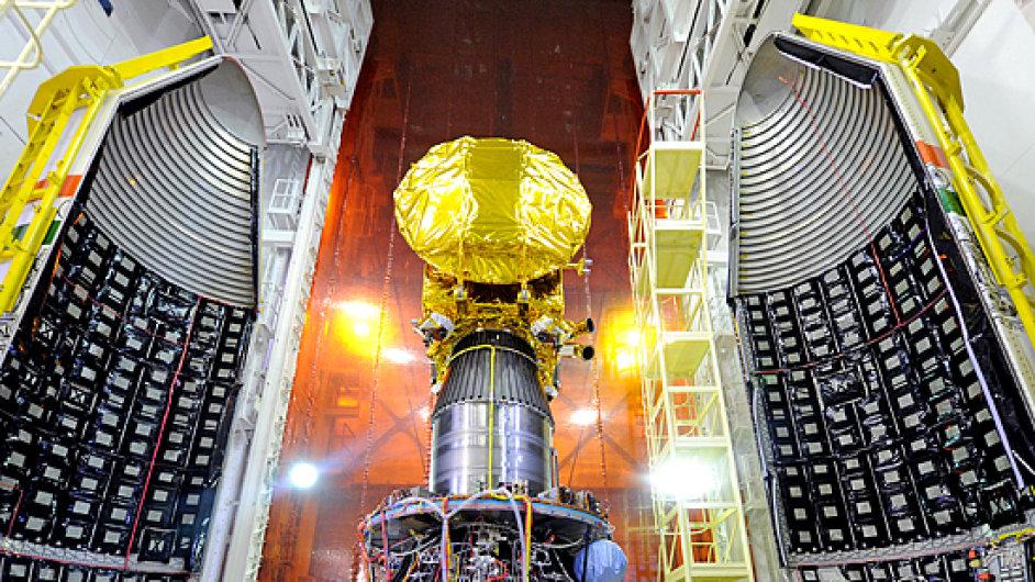 Sonda Mangalján se napojuje na raketu PSLV-C25, která ji vynesla na oběžnou dráhu Země. Fotka pochází z kosmodromu Satiš Davan.
