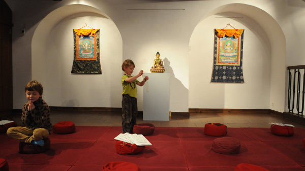 Al�ova galerie vystavuje tibetsk� um�n�, d�la zap�j�ila i ze zahrani��