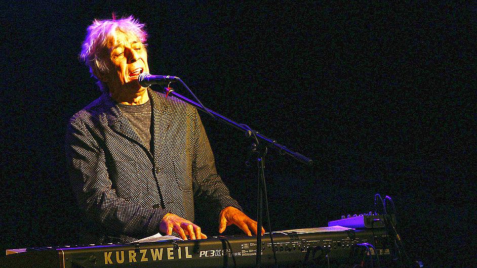 John Cale vystoupil vloni v únoru v pražském klubu Roxy.