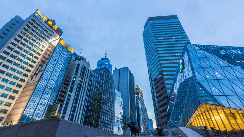 Honkongská budova Standard Chartered v sousedství ostatních mrakodrapů