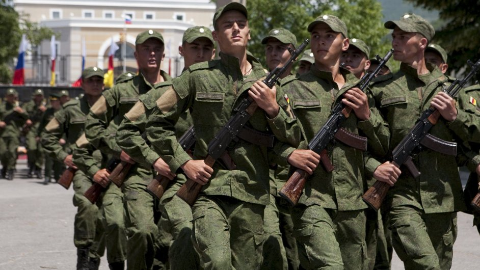 Vojáci Jižní Osetie na vojenské přehlídce.