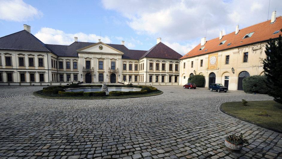 V Kolodějích jednala vláda, premiér Zeman tam třeba v roce 1999 řešil rozpočet. Dnes tam žije miliardář Tomáš Chrenek.