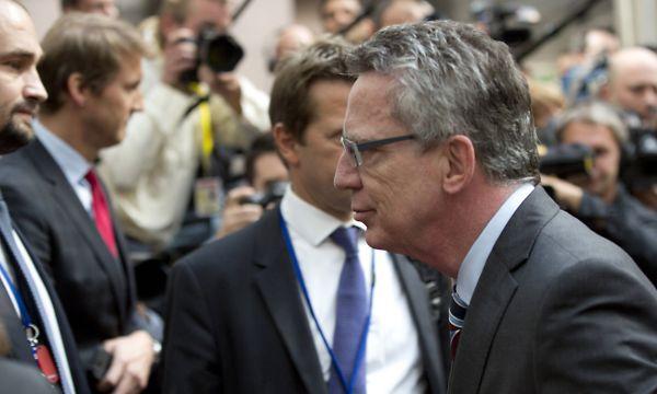Německý ministr vnitra Thomas de Maiziére přichází na mimořádnou schůzku věnovanou migraci.