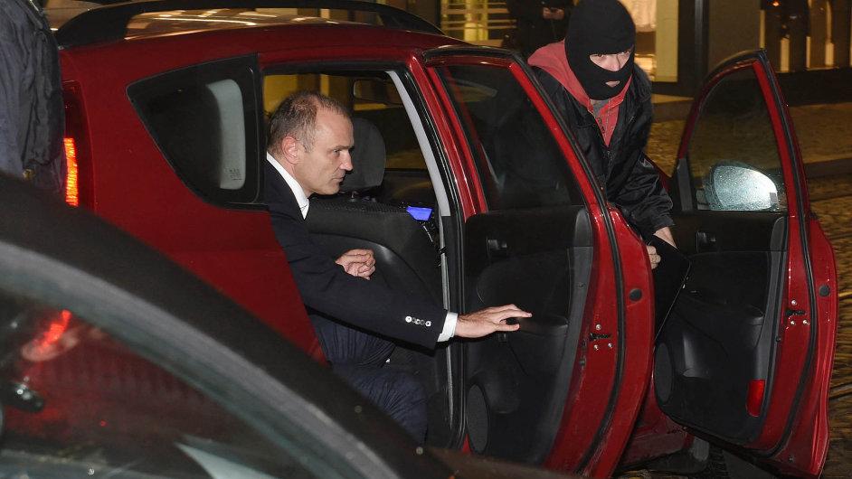 Policisté přivezli včera večer do Olomouce Ivana Langera (vlevo), jehož dopoledne kvůli korupčnímu případu zadrželi v Praze. Šli s ním do jeho domu.