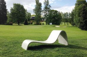 Lehátko Zephyr z produkce Gravelli působí lehce, byť materiálem je opět beton.