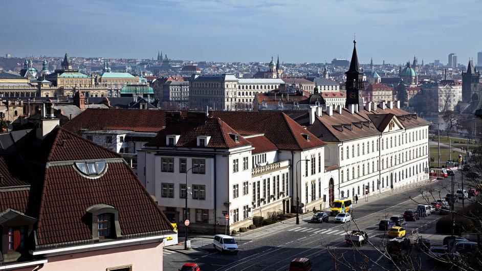 Budova bývalé Zenglerovy transformační stanice stojí na rohu ulic Pod Bruskou a U Bruských kasáren.