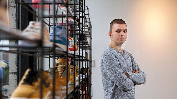 """""""Mám doma asi 45 párů,"""" představuje svou sbírku tenisek majitel Footshopu Peter Hajduček. Prý jde o konzervativní počet, jeho kolega z firmy se honosí 450 páry."""