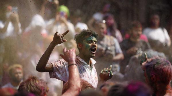 Lidé v Káthmándú při oslavách starobylého hinduistického festivalu Holi.
