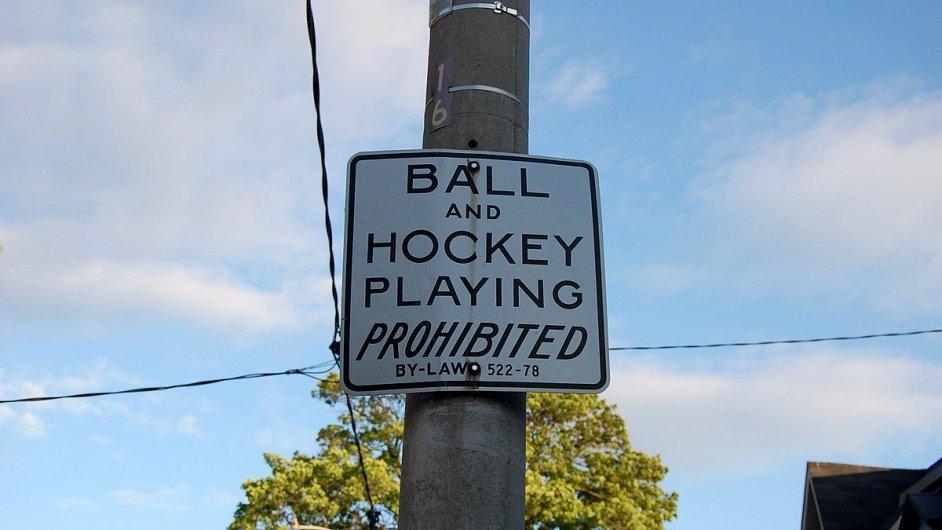 Značky se zákazem hraní pouličního hokeje a míčových her z ulic Toronta zmizí.