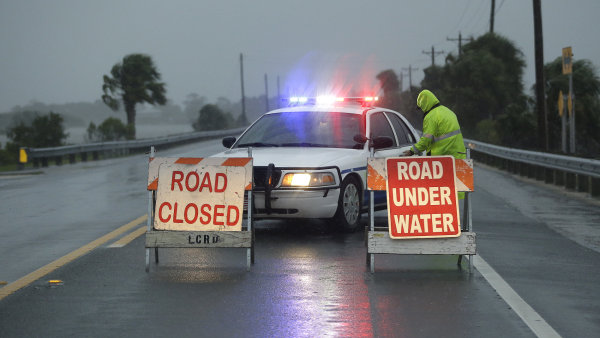 Policie uzavřela zaplavenou silnici vedoucí do Cedar Key.
