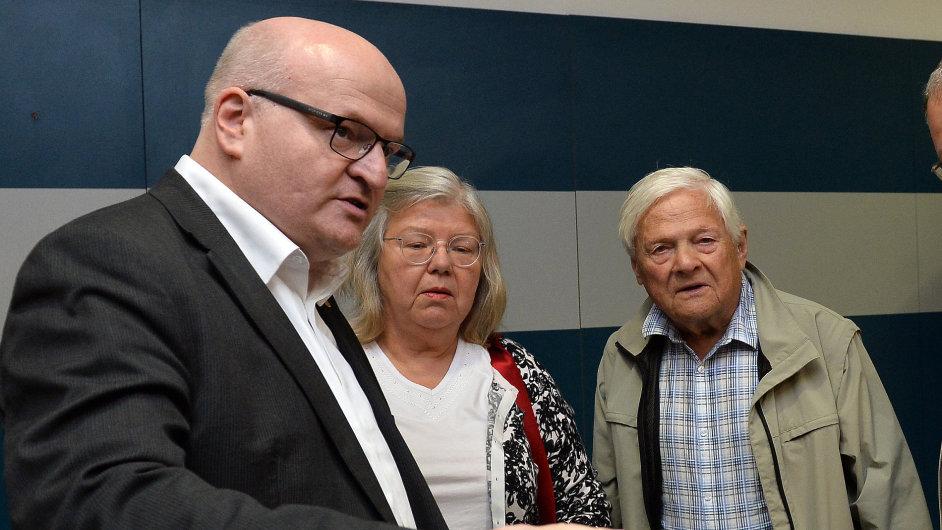 Daniel Herman (vlevo) přivítal na letišti svého strýce.