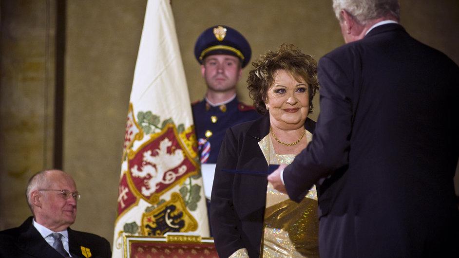 Jiřina Bohdalová a Václav Bělohradský během udělování státních vyznamenání na Pražském hradě, říjen, 2013