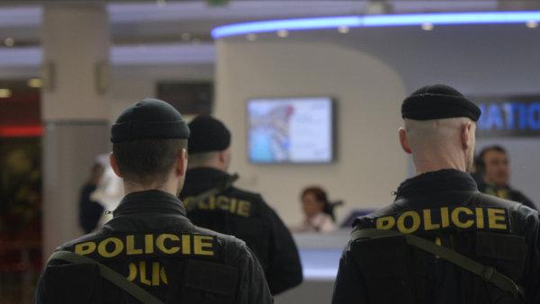 Policisté na pražském letišti po bruselských útocích.