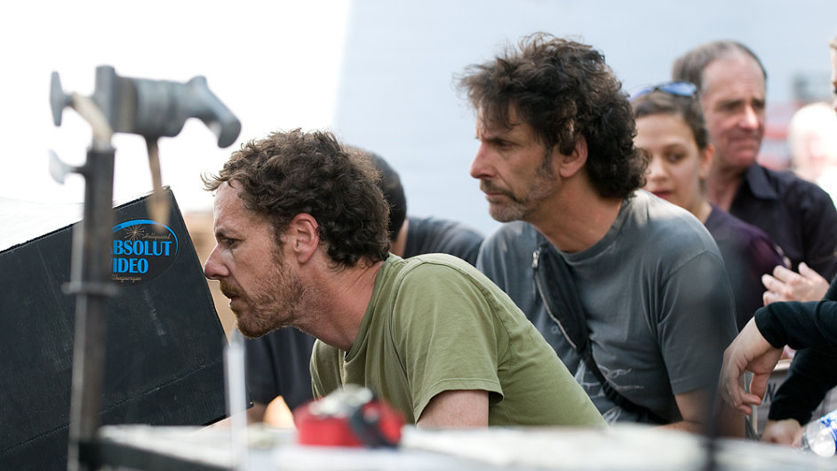 Bratři Coenové již s žánrem westernu mají zkušenosti, roku 2010 do kin uvedli snímek Opravdová kuráž. Na snímku jsou z jeho natáčení.