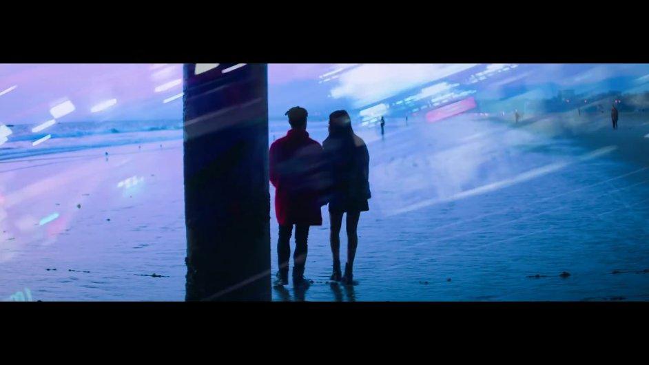 Snímek z nového videoklipu Josého Jamese.