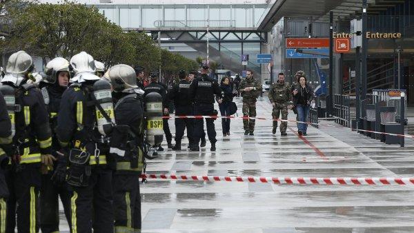 Policisté a hasiči před pařížským letištěm Orly.