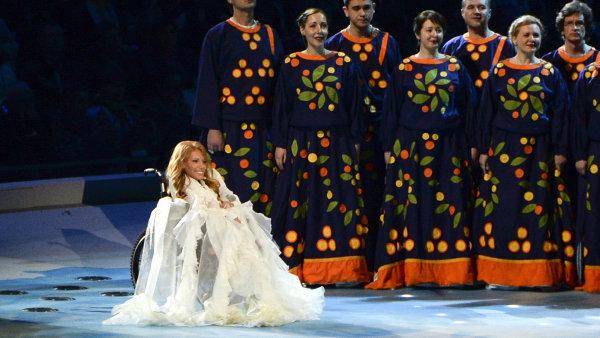 Sedmadvacetiletá Samojlovová je zdravotně postižená, zpívá z invalidního vozíku.
