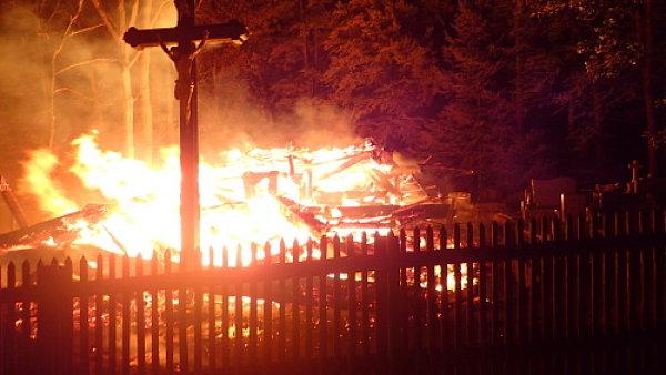 V noci z úterý na středu bojovali hasiči s požárem dřevěného kostela z 16. století.