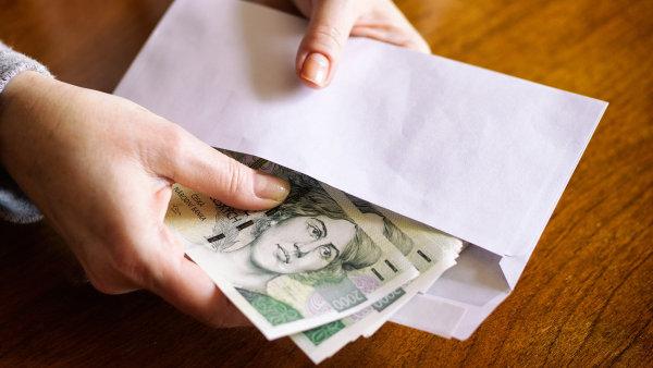Hospodářská komora odhaduje, že odměny v průměru přesáhnou 30 tisíc korun, nejčastěji se budou pohybovat v podobném pásmu jako loni, tedy mezi 15 až 35 tisíci korunami - Ilustrační foto.