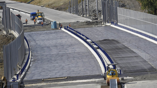 Stavba dálnic by se mohla zrychlit, vláda schválila Ťokovu novelu zákona o liniových stavbách.