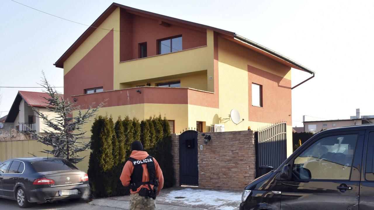 Slovenský policista před domem italského podnikatele Antonia Vadaly, zadrženého v souvislosti s vyšetřováním vraždy investigativního novináře.
