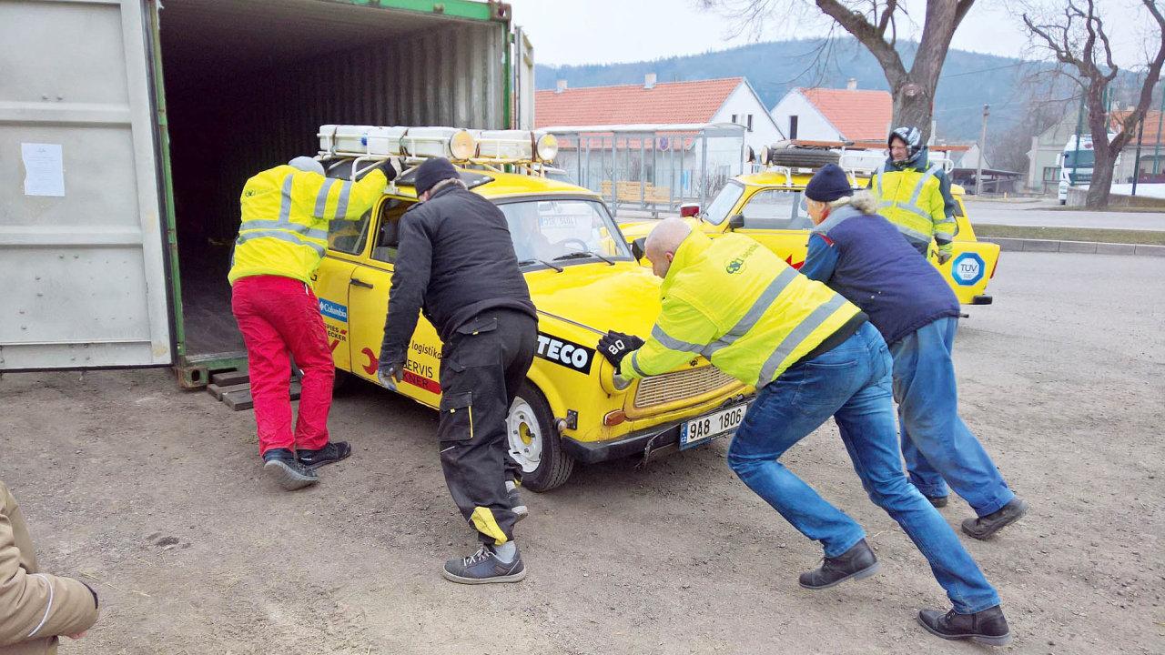 Trabanty cestovatele Dana Přibáně vyrazily na novou cestu v kontejneru