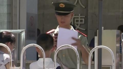 Cinska_policie_zasahovala_u_americke_ambasady_v_Pekingu._Muz_zde_odpalil_vybusninu.png