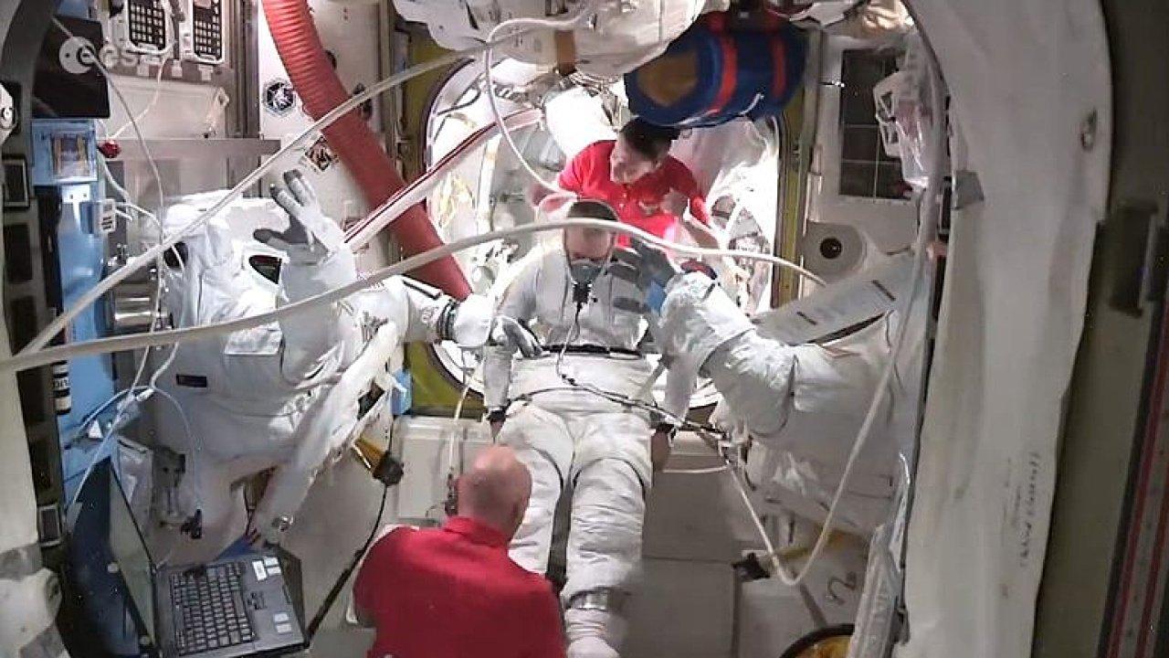 Příprava na chůzi ve vesmíru není jednoduchá. Podívejte se, co obnáší opuštění vesmírné stanice