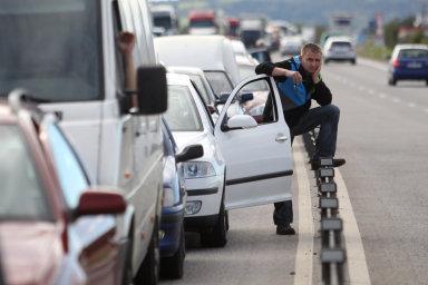 Podle rakouského a německého automotoklubu je třeba počítat s dlouhými kolonami a hustými zácpami, které mohou cestu prodloužit i o několik hodin.