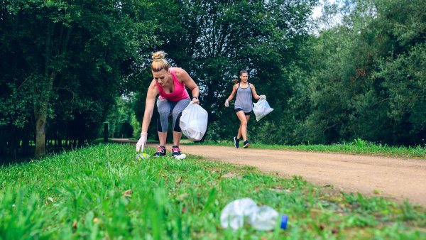 Do Česka dorazil nový trend - plogging, který v sobě spojuje běhání a sbírání odpadků.
