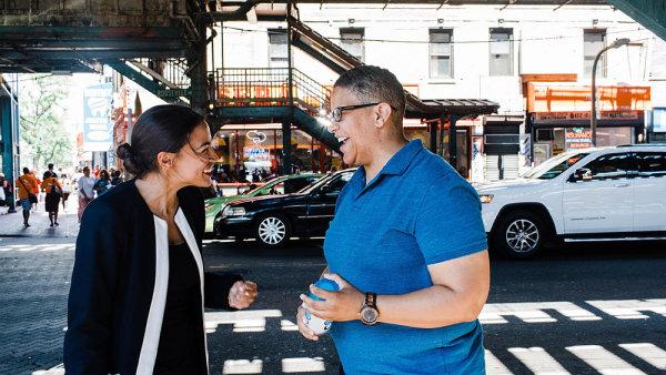 Alexandra Ocasio Cortezová (na fotce vlevo)
