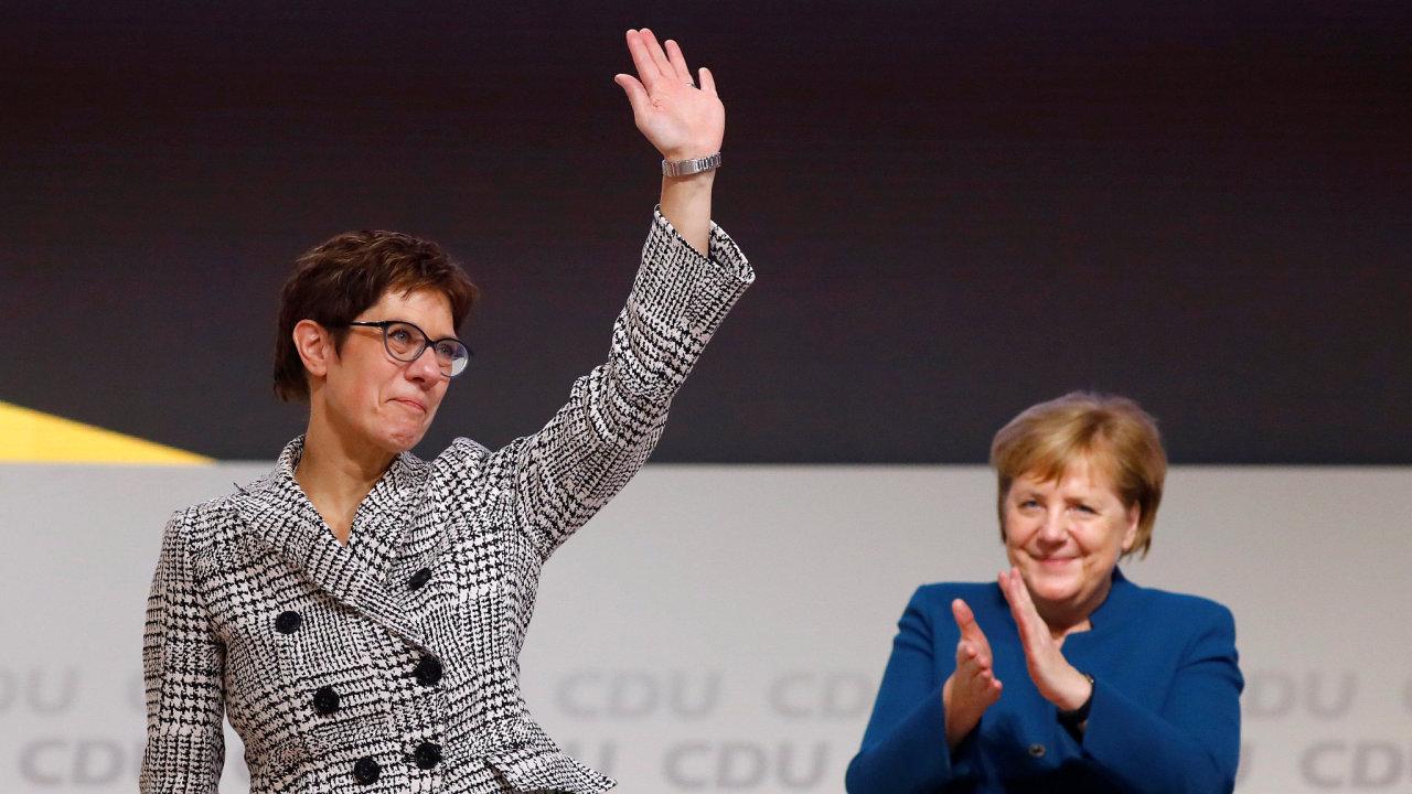 Novou předsedkyní CDU se stala favorizovaná Krampová-Karrenbauerová (vlevo).