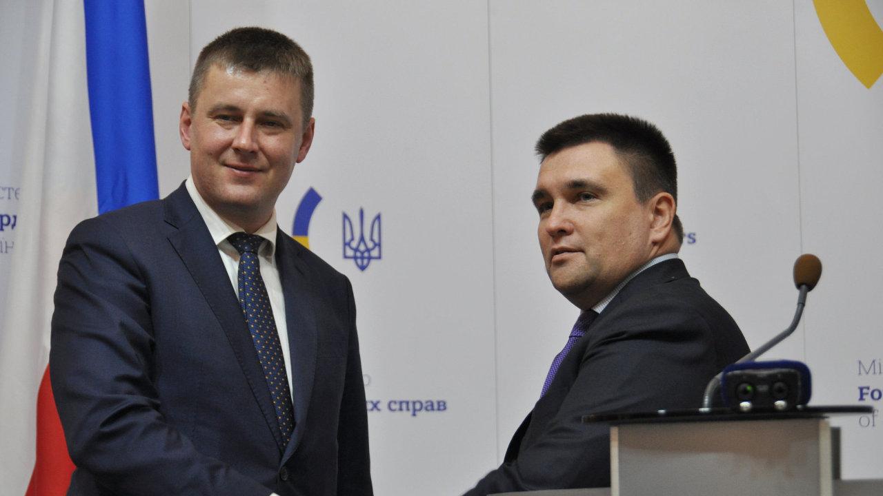 Český ministr zahraničí Tomáš Petříček (vlevo) a ukrajinský ministr zahraničí Pavlo Klimkin vystoupili 28. ledna 2019 na tiskové konferenci v Kyjevě.