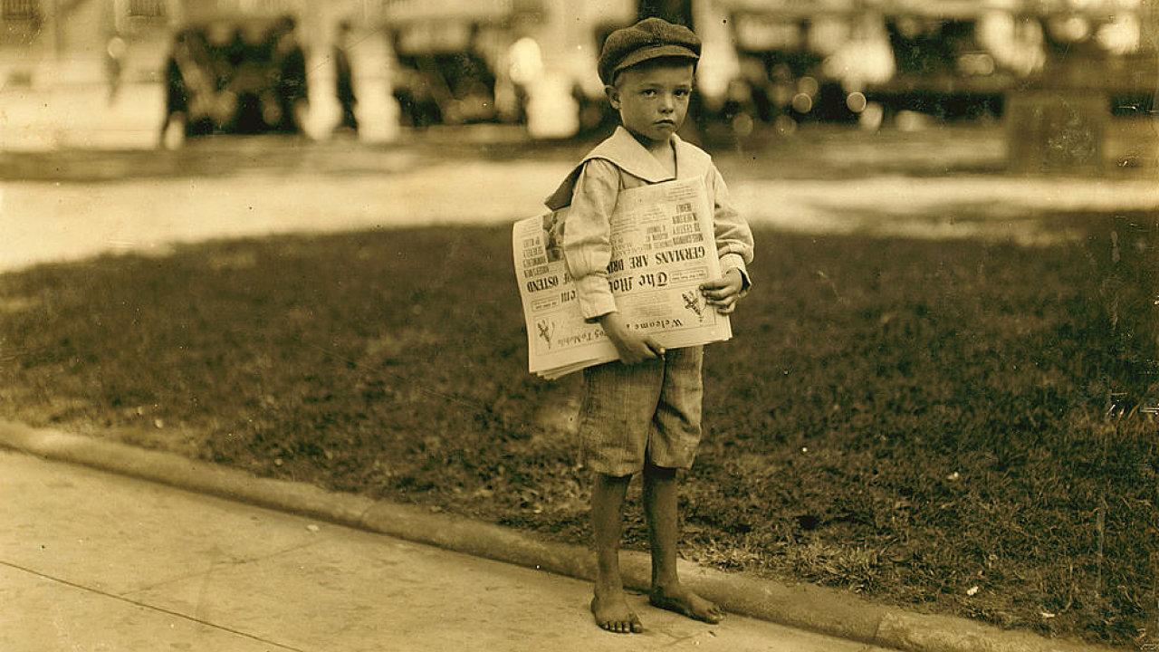 Sedmiletý prodavač novin jménem Ferris ve městě Mobile, Alabama, v roce 1914. Fotograf Lewis Hine.