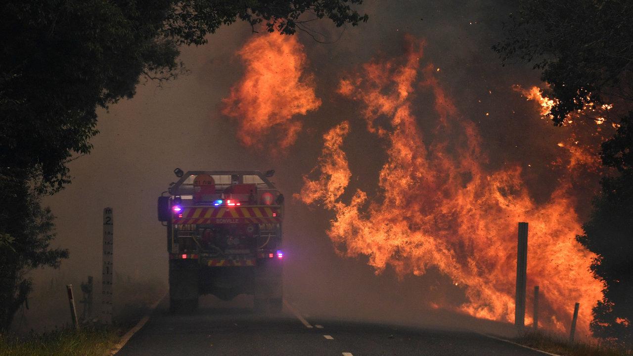 Australské úřady nařídily kvůli požárům evakuace, je stav nouze.