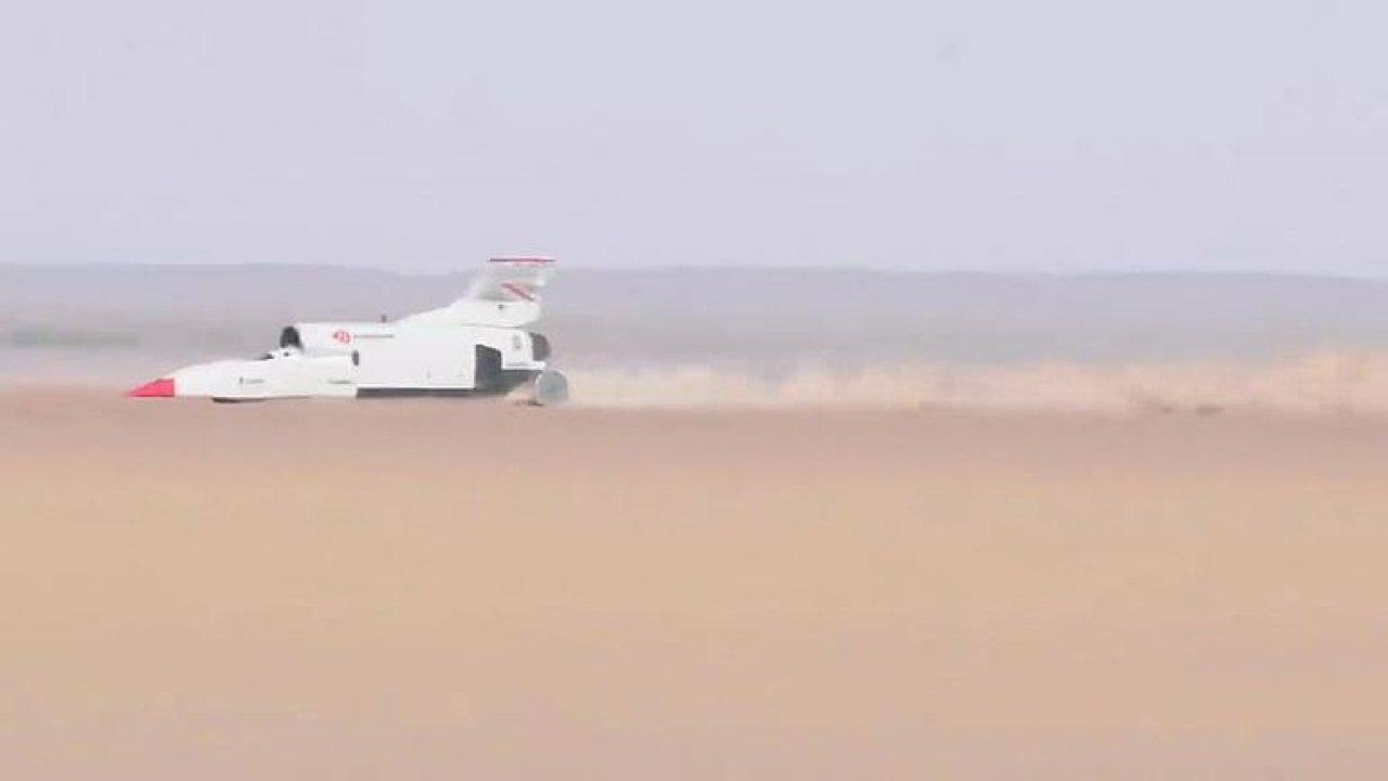 Nadzvukový Bloodhound překročil rychlost 1000 km/h.