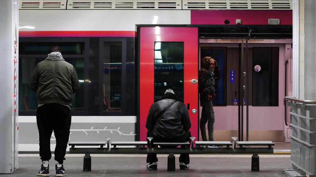 Městská hromadná doprava v Paříži funguje jen omezeně.