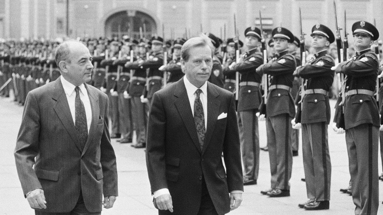 Havlův kancléř. Čtyři roky vedl Luboš Dobrovský kancelář prezidenta republiky Václava Havla, který jej následně v roce 1996 jmenoval velvyslancem v Rusku.