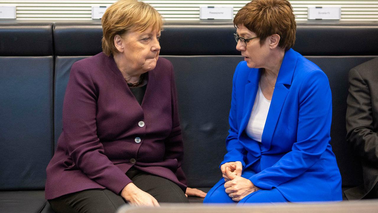 Nepovedené nástupnictví. Bývalou premiérku spolkového Sárska, Annegret Krampovou-Karrenbauerovou (vpravo) si za svou nástupkyni vybrala Angela Merkelová.