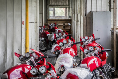 Pokud se situace nevyřeší dotří týdnů, začne to pro nás být opravdu problém, obává se František Hruška, jednatel společnosti Jawa, která vyrábí motocykly. Zvelké části je montuje zčínských dílů.