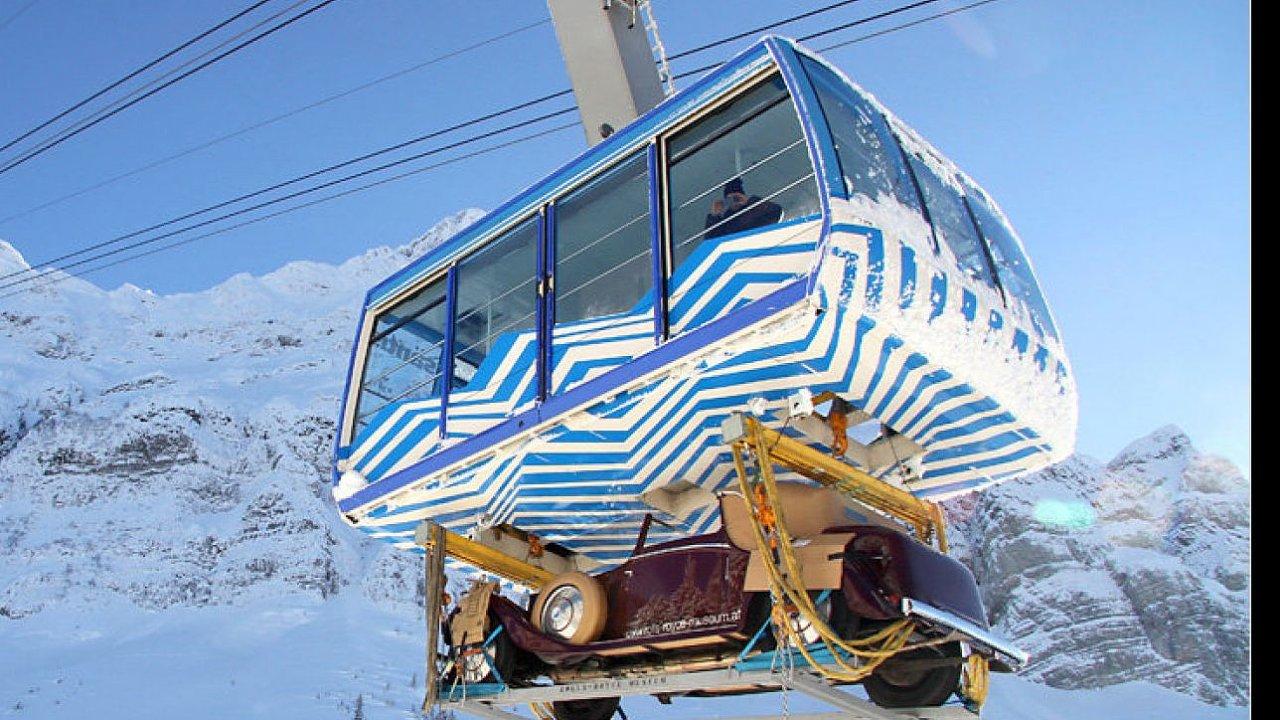 Přeprava automobilu Rolls-Royce z roku 1930 na zimní výstavu do švýcarského muzea, které bylo ovšem umístěno v nadmořské výšce 2500 metrů