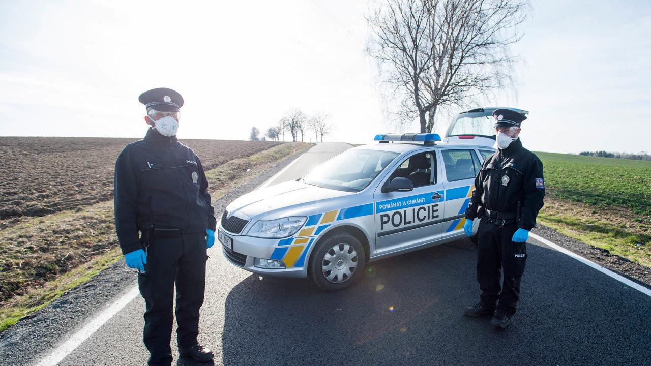 Uzavřená obec. Policisté hlídkují před uzavřenou obcí Kynice naHavlíčkobrodsku, kde je riziko rychlého rozšíření viru, atak jsou lidé vizolaci.