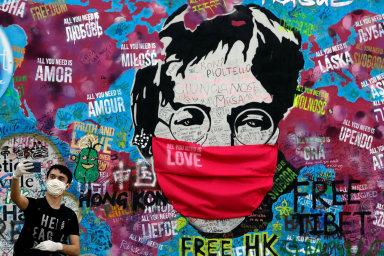 Symboly. Portrét Johna Lennona naznámé Lennonově zdi napražské Kampě byl symbolicky opatřen rouškou. Vedle toho, že jde orecesistické gesto, může jeden zvýkladů znít: Nenecháme se umlčet.