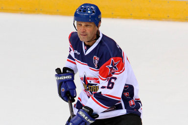 Hokejista Peter Šťastný se poodchodu doKanady stal pro české sportovní komentátory pouhým číslem, jmenovat ho už nesměli.