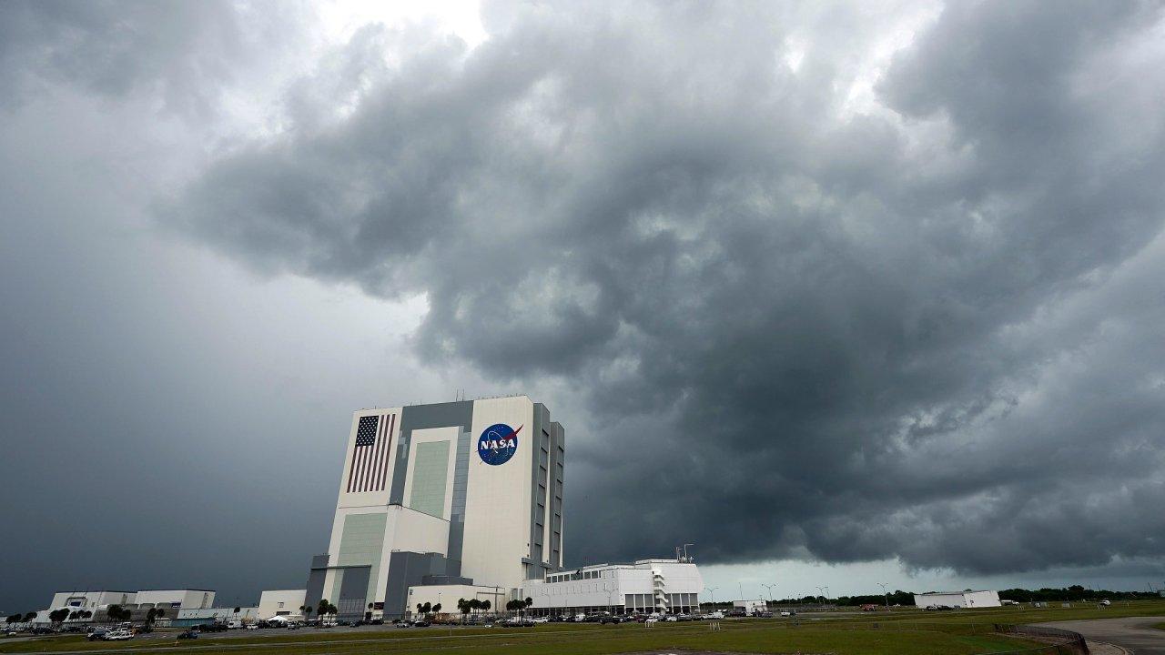 Mraky se stahují nad Kennedyho vesmírným střediskem na floridském Mysu Canaveral. Kvůli nepříznivému počasí se NASA a SpaceX rozhodly start rakety Crew Dragon odsunout na sobotu 21:22 SELČ.