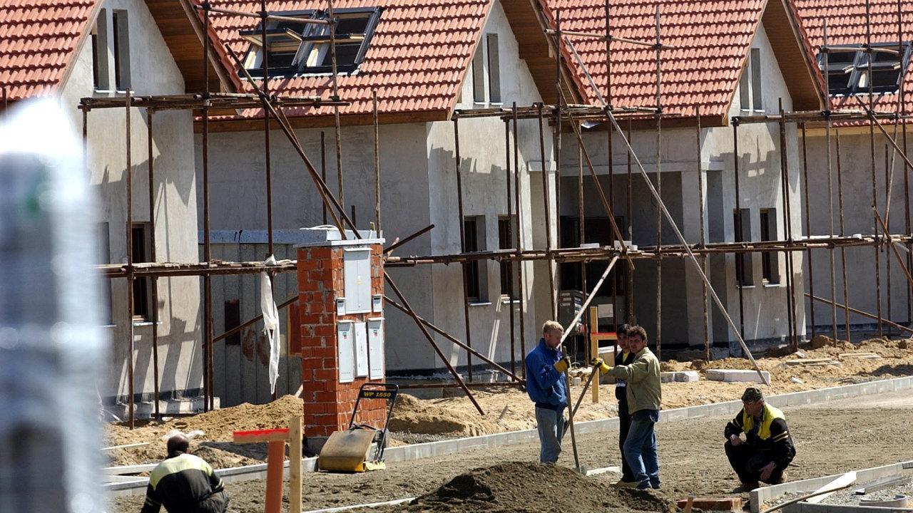 Podle starostů jsou obce již nyní nuceny přemýšlet, které investice kvůli propadu příjmů do rozpočtu zastaví.