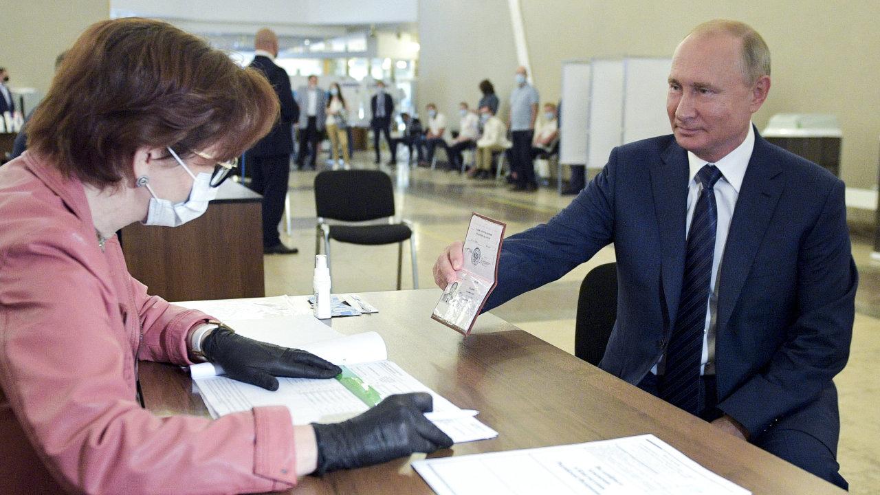 Ruský prezident Vladimir Putin ve volební místnosti.