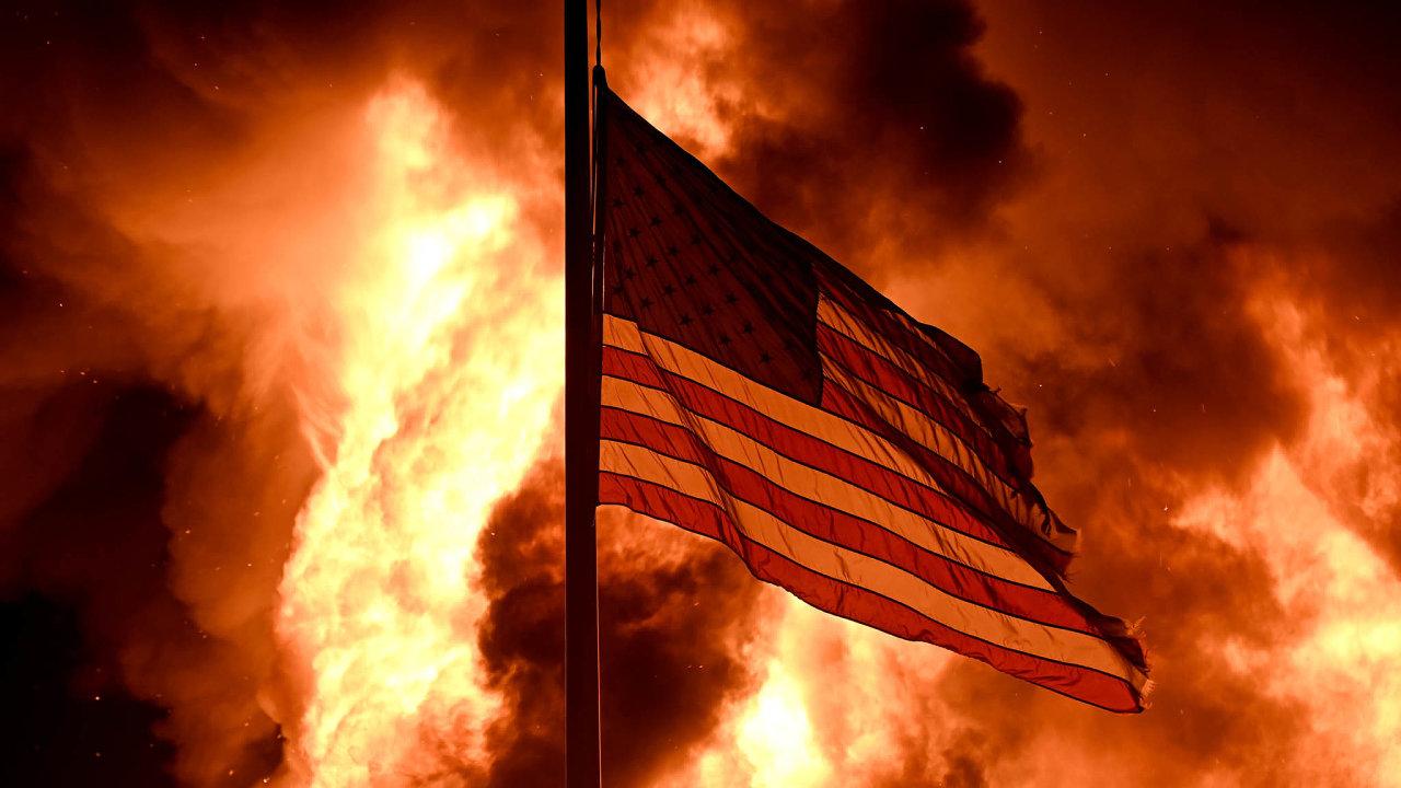Válka pod jednou vlajkou. Americkou vlajkou se zaštiťují aktéři různých nepokojů vUSA, ať je jejich názor jakýkoliv. Tato vlála při protestech pozastřelení Jacoba Blakea vKenoshe veWisconsinu.